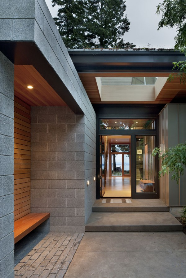 Ellis_Residence_exterior_walkway_and_bench_-_-600x899
